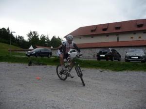 Karel v ovinku nagiba kolo.
